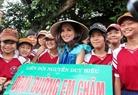 Hoa hậu Diễm Hương cùng các em học sinh học trường Nguyễn Duy Hiệu (Hội An) trước giờ ra quân quét dọn phố cổ.