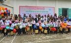 Các hoa hậu đến thăm và phát quà cho các em mồ côi tàn tật của Quảng Nam.