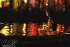 """Hoa hậu Trái đất năm 2009 Larissa Ramos (Braxin) thả hoa đăng trên sông Hoài gửi gắm thông điệp """"Hãy cùng sắc đẹp Hoa hậu Trái đất bảo vệ nguồn tài nguyên nước."""""""