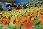 Hơn 20 nghìn bông hoa hướng dương đã được làm ra để chia sẻ với nỗi đau của những em nhỏ mắc bệnh ung thư.
