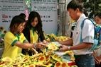 Nhiều người đã tình nguyện mua những bông hoa hướng dương để quyên tiền gây quỹ giúp đỡ bệnh nhân nhi ung thư.