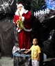 Bé chụp ảnh kỉ niệm với ông già Noel.