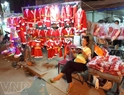 Một quầy hàng bán áo quần ông già Noel.