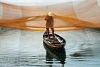 Сбор рыбы в лодки