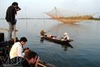 游客参观格大水乡生活。