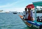 Un couple de jeunes mariés prennent le bateau.