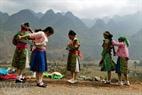 Trước khi vào chợ, các cô gái thường thay những bộ trang đã lấm bẩn sau một chặng đường vượt suối băng rừng bằng những bộ váy áo mới và đẹp.
