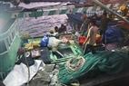 Cá được chuyển từ hầm lạnh của thuyền lên bờ để nhập cho các vựa cá.