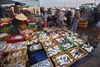 Một tiểu thương đang bày hàng để bán ngay trong chợ.