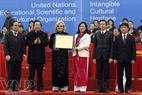 Mme Katherine Muller Marin, chef du bureau de représentation de l'UNESCO au Vietnam remettant le diplôme de l'UNESCO à la fête de Giong en tant que Patrimoine immatériel de l'humanité aux autorités du Comité populaire de Hanoi.