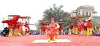 Et la fête de Giong a lieu au temple de Phù Dông (lieu de naissance de Giong)pendant deux jours le 8e et le 9e jours du 4e mois lunaire, pareille à une scène vivante et animée avec des spectacles folkloriques originaux.