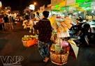 Hình ảnh quang gánh với rất nhiều món hàng lặt vặt cũng xuất hiện ở Chợ đêm Bến Thành.
