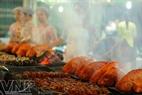 Trong tiết trời se lạnh những ngày cuối năm, thưởng thức ẩm thực trong không gian Chợ đêm Bến Thành là cái thú với nhiều du khách.