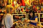 Du khách nước ngoài đi mua sắm ở Chợ đêm Bến Thành.