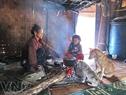 Người và vật nuôi luôn bên bếp lửa nhà bà Bling Hak làng Bơning, xã Lăng, huyện Tây Giang, tỉnh Quảng Nam.