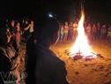 Quá lạnh, dân làng Bơning, xã Lăng, huyện Tây Giang, tỉnh Quảng Nam tập trung đốt lửa sưởi ấm tập thể.