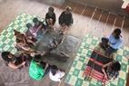 Rét quá, mọi người tập trung nghe già làng hát lý Cơ Tu tại Gươl (nhà cộng đồng).