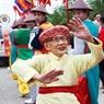 Cụ bà 92 tuổi - hoạt náo viên của lễ rước. Cụ đi khắp các đoàn vừa đi vừa múa với các đội múa đánh bồng, rước kiệu, đội lễ.