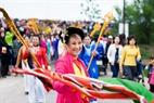 Tổng cờ rạng rỡ. Cờ hội trong tay người phụ nữ được phất trong gió, mang lại sự phấn khởi hào hứng cho các đoàn rước.