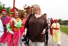 Du khách nước ngoài hào hứng tham gia Lễ hội Tổng Mễ.
