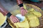 …rồi kết hợp với đỗ xanh đãi sạch, đồ chín, đánh nhuyễn, để làm nhân bánh.