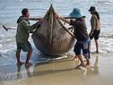 Con thuyền đánh cá trích của ngư dân.