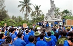 Lễ dâng hương diễn ra trang trọng và xúc động trước tượng đài Sơn Mỹ.