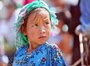 Một bé gái người Mông ra chợ giúp mẹ.