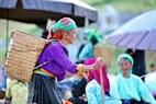 Hình ảnh những phụ nữ Đồng Văn tại phiên chợ.