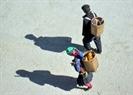 Đôi vợ chồng người Mông ra về sau buổi chợ.