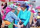 Cảnh trao đổi buôn bán của những phụ nữ vùng cao.