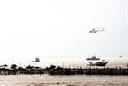 Máy bay trực thăng phát loa cảnh báo nguy cơ sóng thần cho tàu thuyền trên biển.