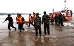 Lực lượng cứu hộ cứu người bị nạn trên biển.