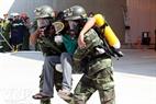 Lực lượng quân đội với bình oxy và mặt nạ phòng độc cũng nhanh chóng vào cuộc giải cứu người bị nạn.
