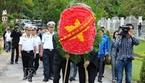 """Vòng hoa đỏ mang dòng chữ: """"Đời đời nhớ ơn các anh hùng liệt sĩ!"""""""