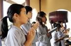 Cô bé Lê Na thành tâm cầu kinh niệm Phật.