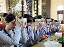 """Ăn cơm trưa (tiếng nhà Phật là """"thụ trai"""") theo nghi thức thiền."""