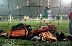 """Những túi đồ của các """"cầu thủ"""" thường được để sau cầu môn"""