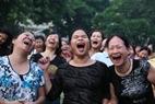 Những người tham gia câu lạc bộ không cảm thấy ngại ngùng khi cất tiếng cười thật to trong buổi tập