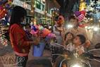 """""""Ngôi sao Tình yêu""""và """"Trái tim Valentine"""" được bán dọc theo đường Đồng Khởi, quanh chợ Bến Thành, Nhà Văn hóa Thanh Niên… trong dịp Lễ Tình nhân, mang lại niềm vui và hạnh phúc cho các bạn trẻ."""