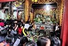 Mọi người tới lễ cố gắng len lỏi vào tận bên trong Sơn Trang để cầu cho Năm mới may mắn.