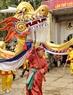 Múa Rồng của làng là một phần không thể thiếu trong lễ hội.