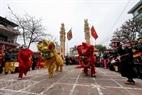 """Tiết mục múa Lân của thanh niên làng La Phù mở đầu cho lễ rước """"ông Lợn""""."""
