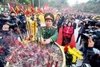 Đoàn đại biểu thành phố Hà Nội làm lễ dâng hương.
