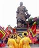 Rước cờ tế trước tượng đài vua Quang Trung.