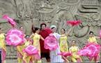 Các nghệ sĩ, diễn viên Nhà hát Chèo Hà Nội tái hiện cảnh người dân Thăng Long đón vua Quang Trung.