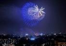 Bầu trời Hà Nội khi chuyển giao từ năm cũ sang Năm mới là những màn pháo hoa đẹp như một bức tranh.