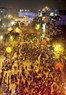 Dòng người tấp nập du xuân đêm 30 Tết trên phố Đinh Tiên Hoàng, Hà Nội.