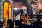 Người Hà Nội đi lễ cầu may đêm 30 Tết tại Phủ Tây Hồ.
