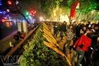 Các bạn trẻ nô nức đổ về Hồ Gươm đêm 30 Tết với mong muốn bước sang Năm mới nhiều may mắn.